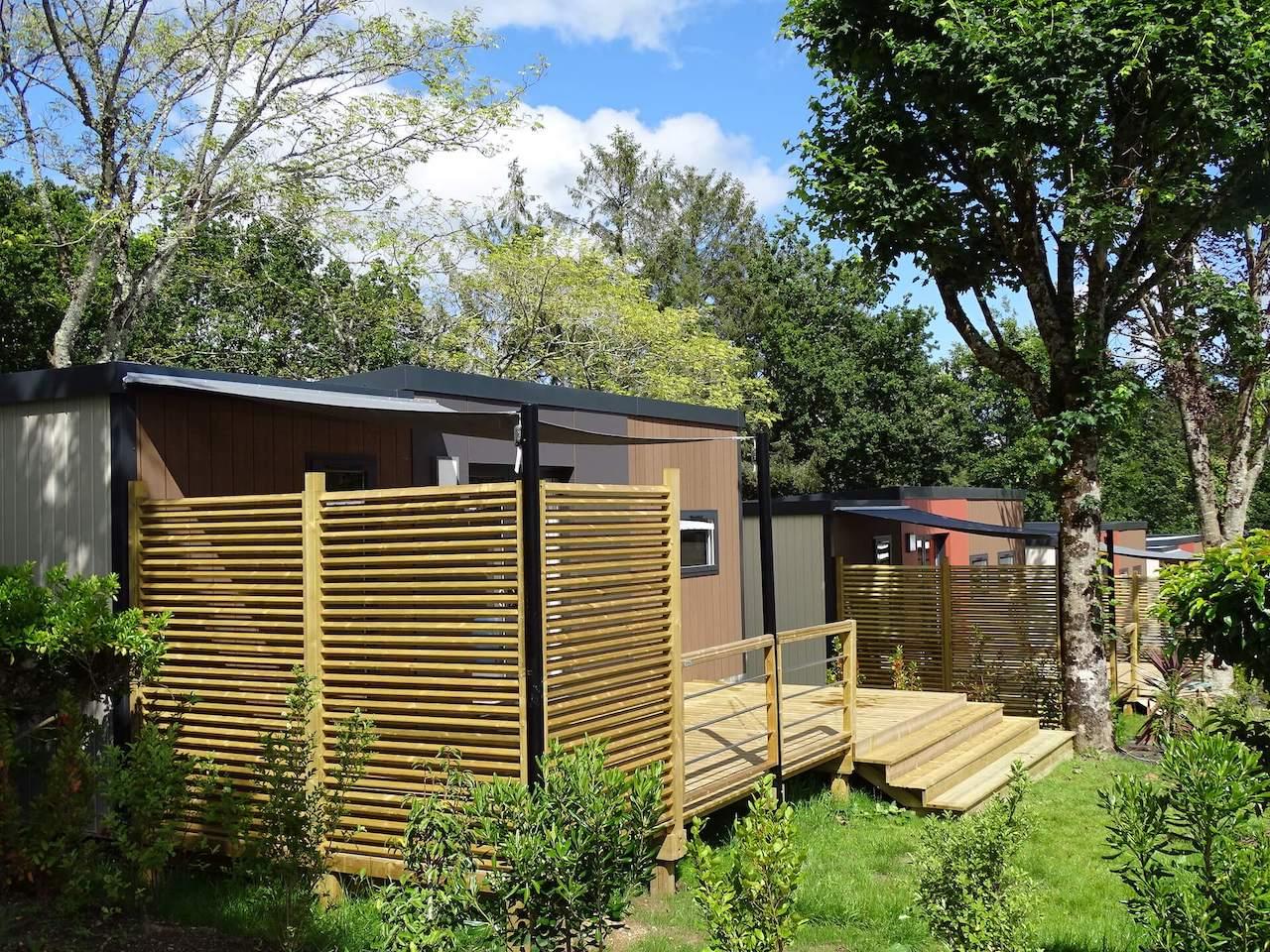 Terrasse en bois avec toile d'ombrage et persienne