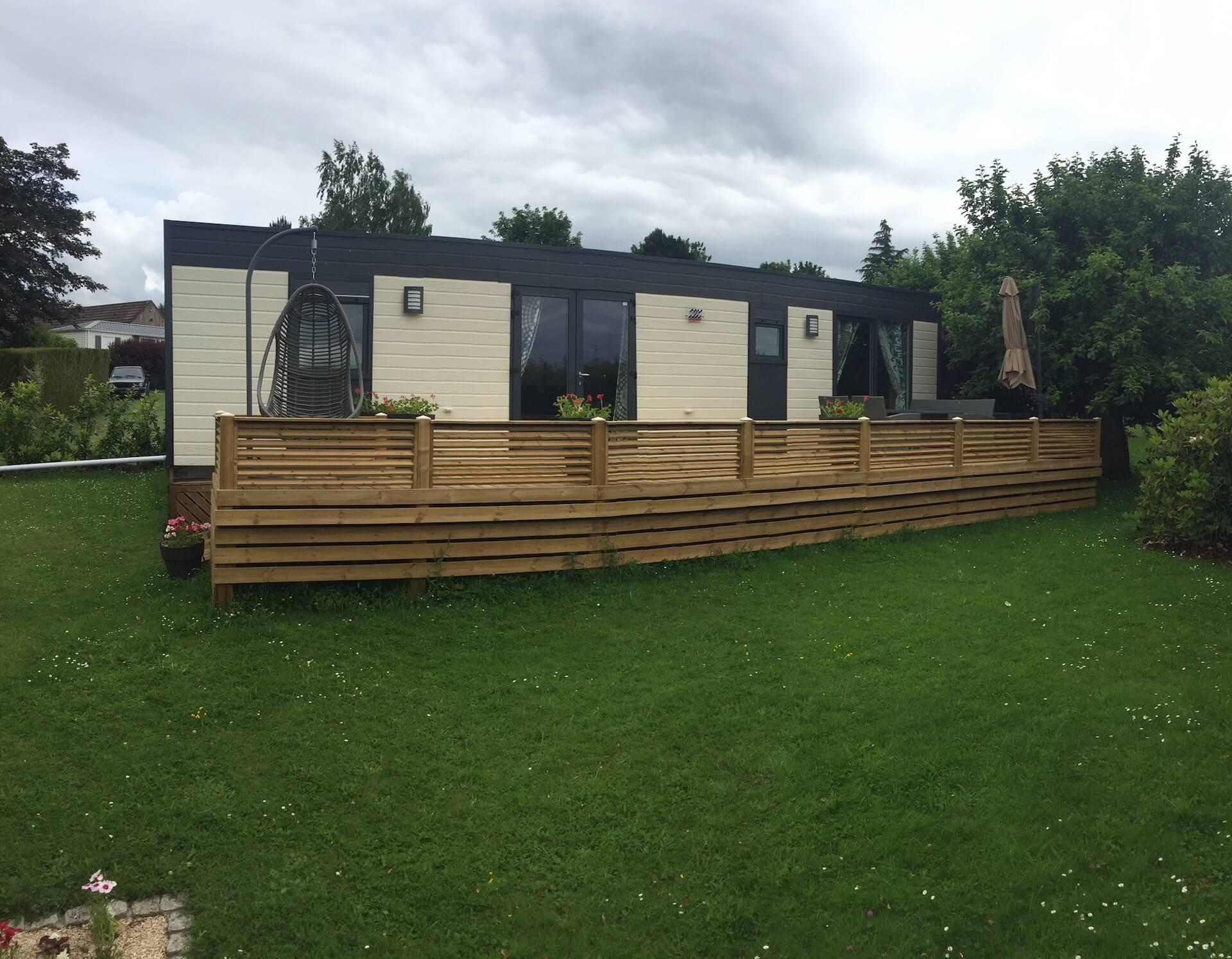 Terrasse non couverte réalisée par Les Terrasses du Lys pour un mobil-home
