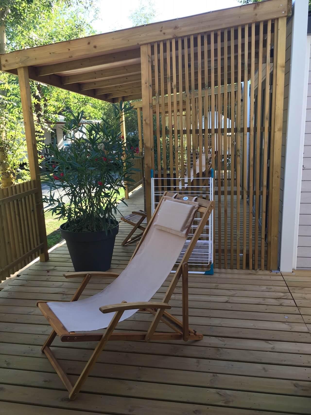 Paravent résille en bois sur une terrasse de mobil-home