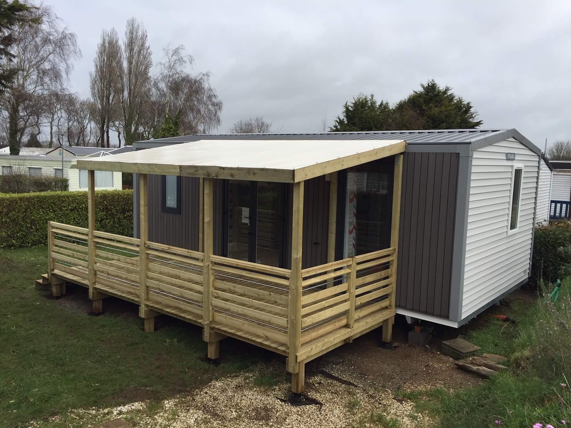 Terrasse en bois avec toile