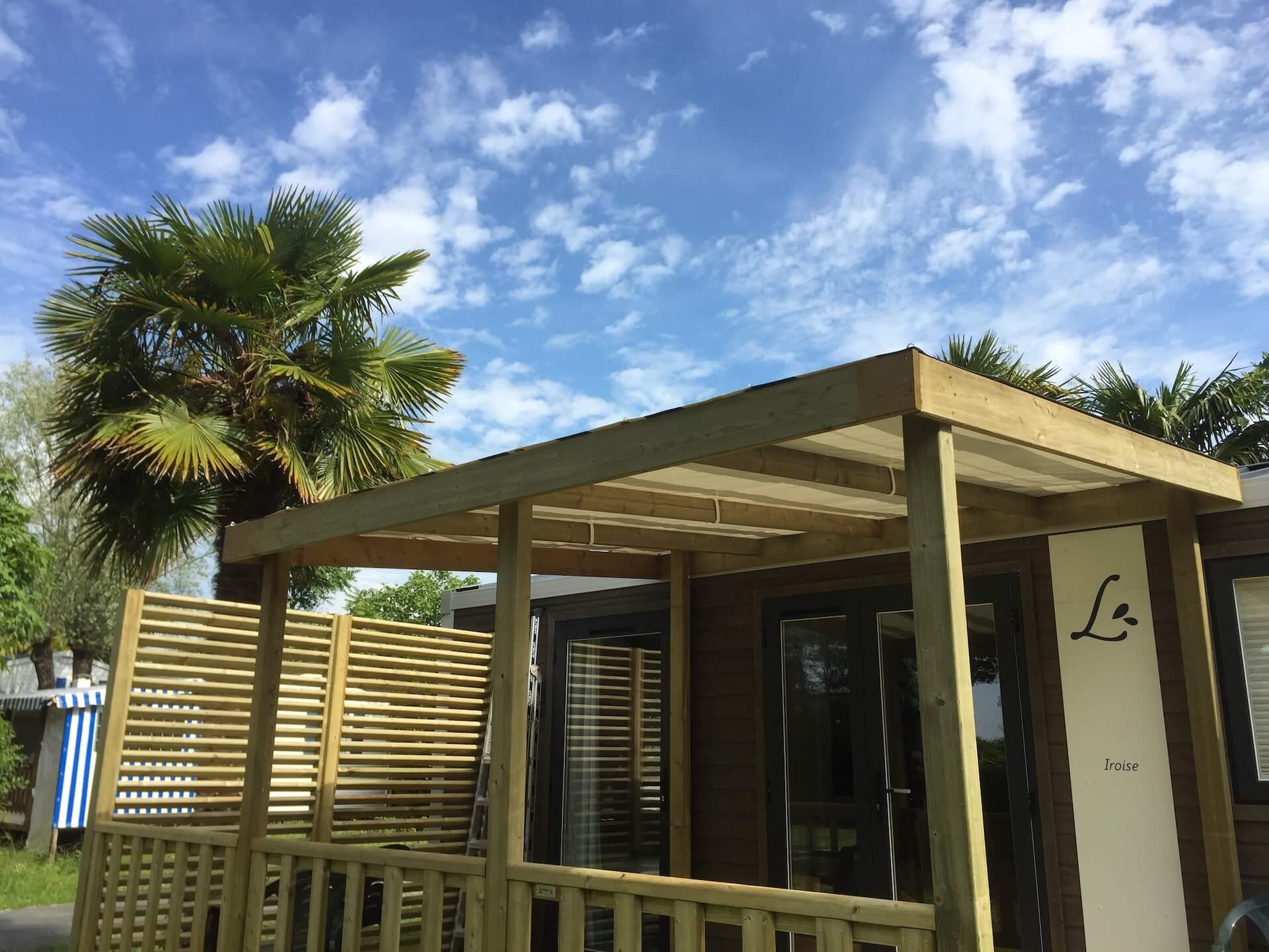 Terrasse en bois avec une pergola par Les Terrasses du Lys