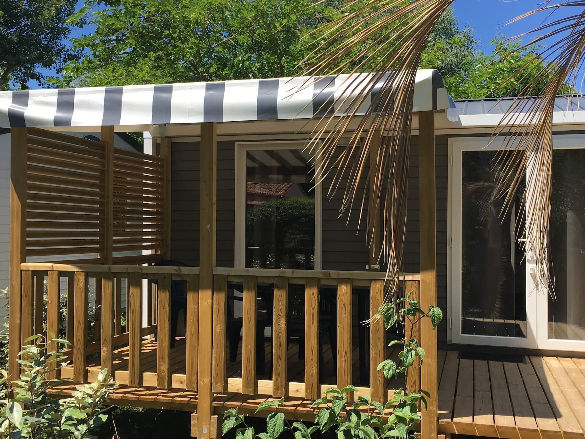 Terrasse semi-couverte pour un mobil-home d'un camping