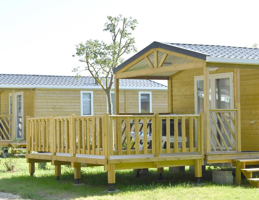 Découvrez une terrasse non-couverte avec un pignon